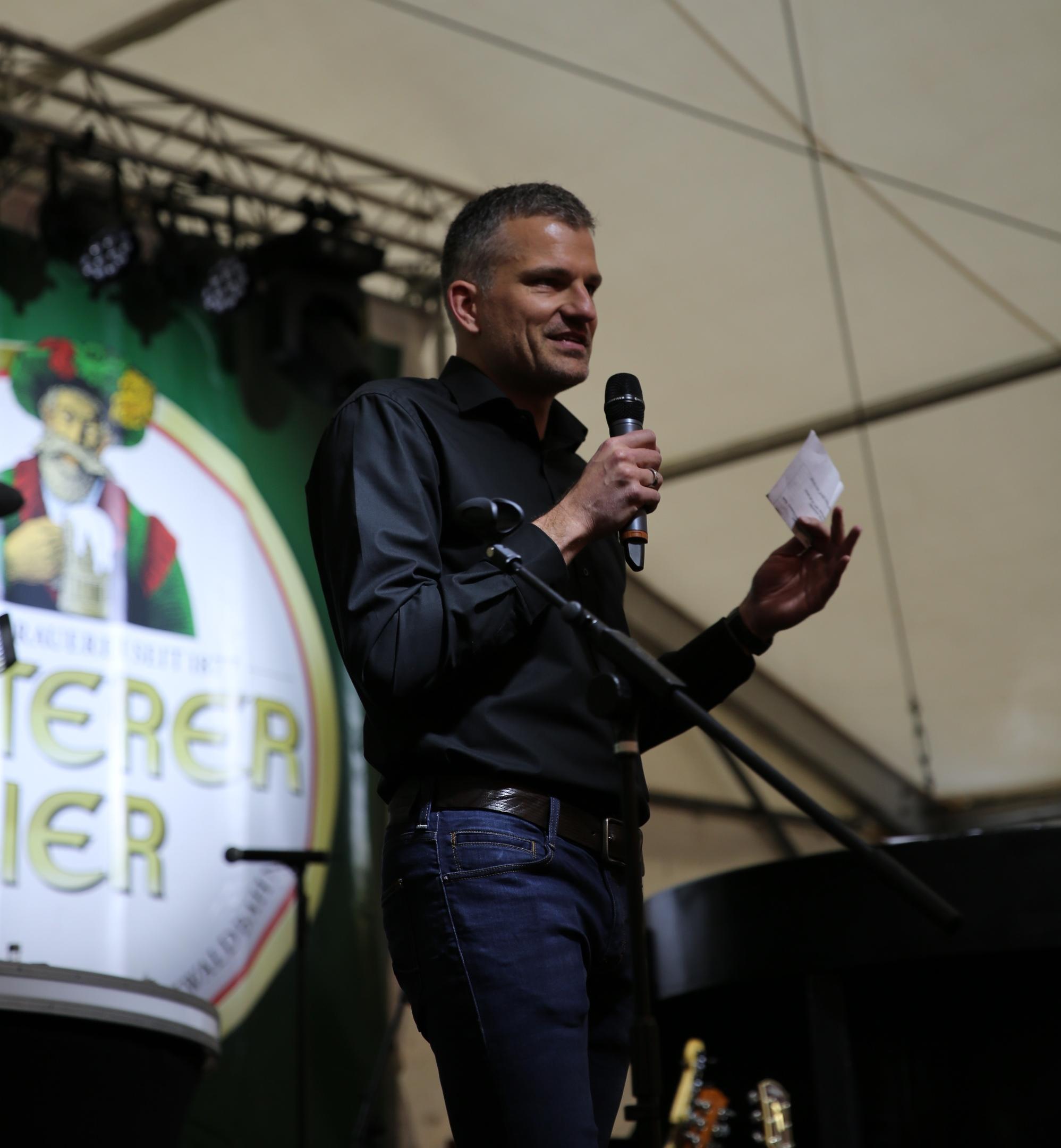Philipp Ketterer begrüßt im Namen der Familie und allen 27 Mitarbeitern die Gäste im früh gefüllten Festzelt zur Feier des 140-jährigen Brauereijubiläums.