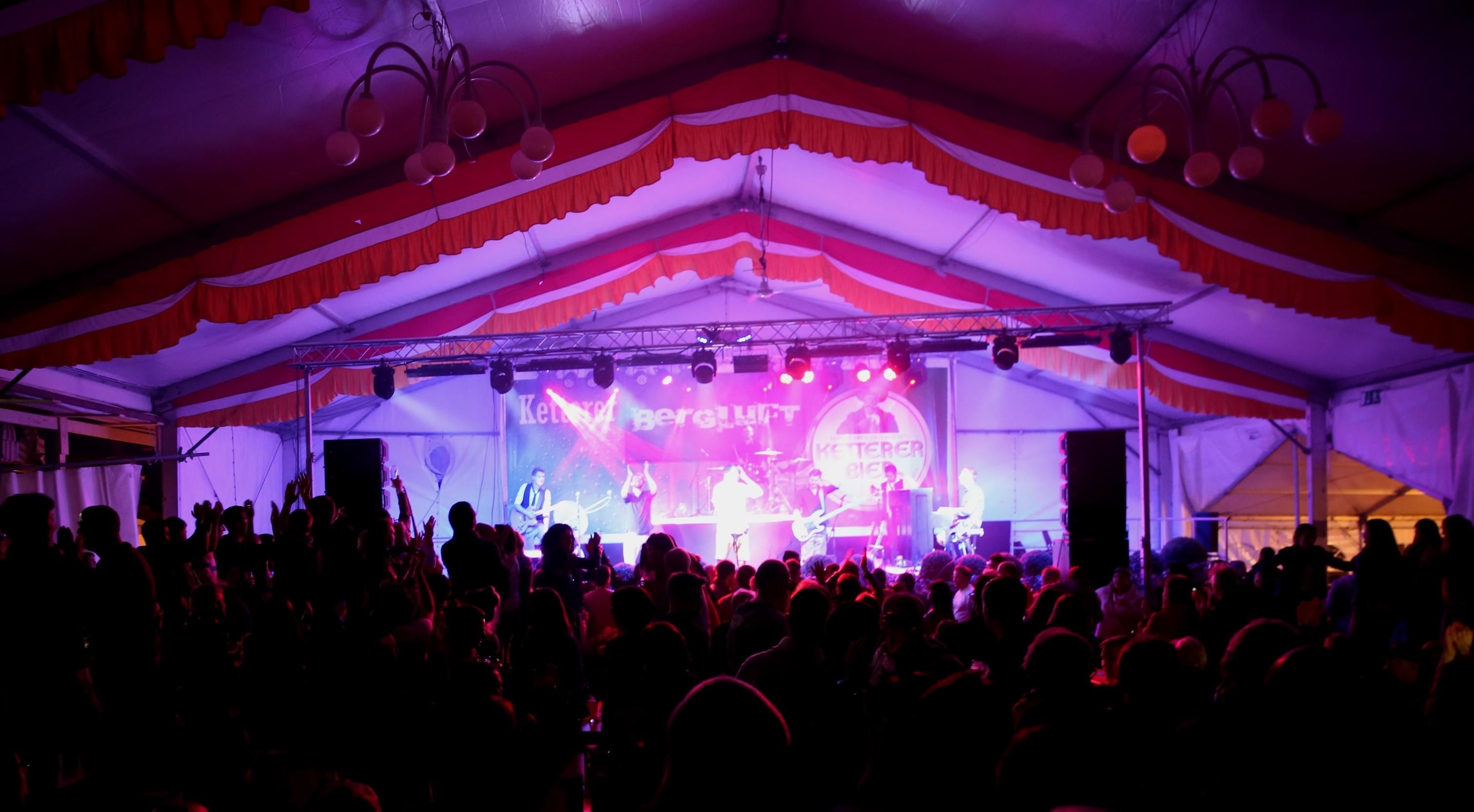 """Mit der Band """"Bergluft"""" hatte die Brauerei ein glückliches Händchen: Jung und Alt waren von der bayerischen Band begeistert und feierten mit."""