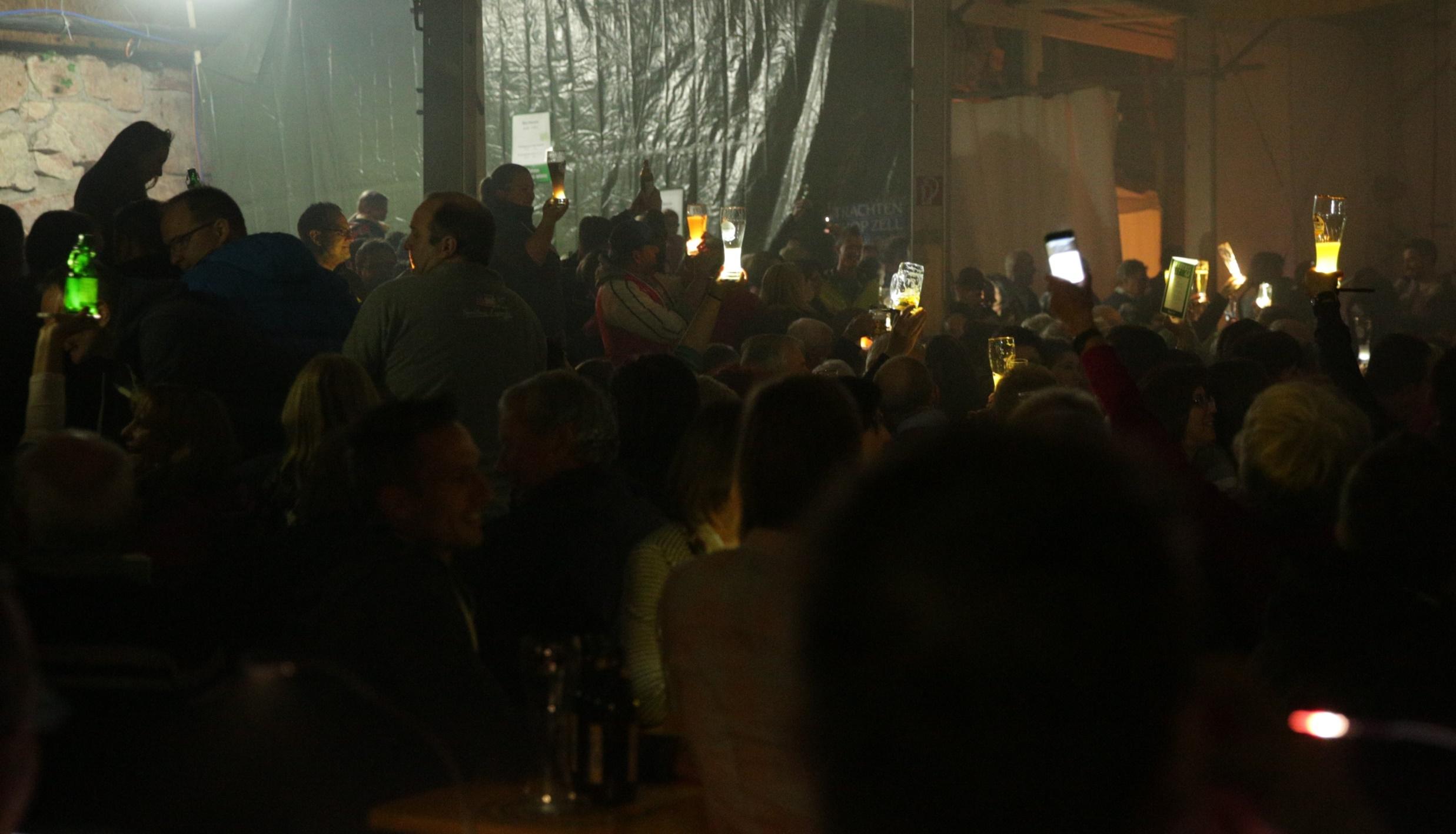 Im vollen Festzelt feierten Jung und Alt gemeinsam eine Riesenparty.