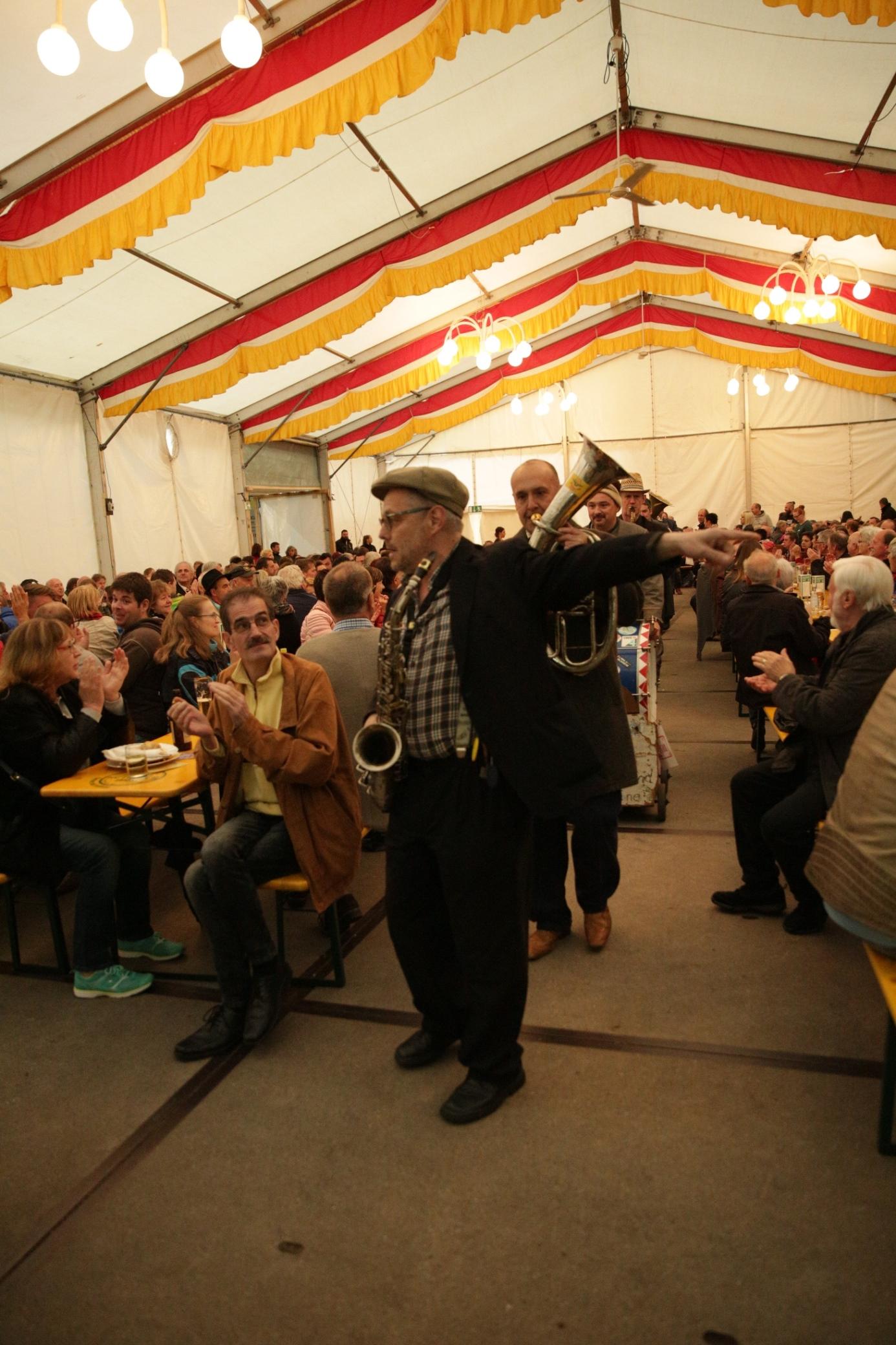 Die Homberle-Bläch-Bänd aus Steinach marschierte ins volle Festzelt ein und sorgte für Spaß und gute Laune.