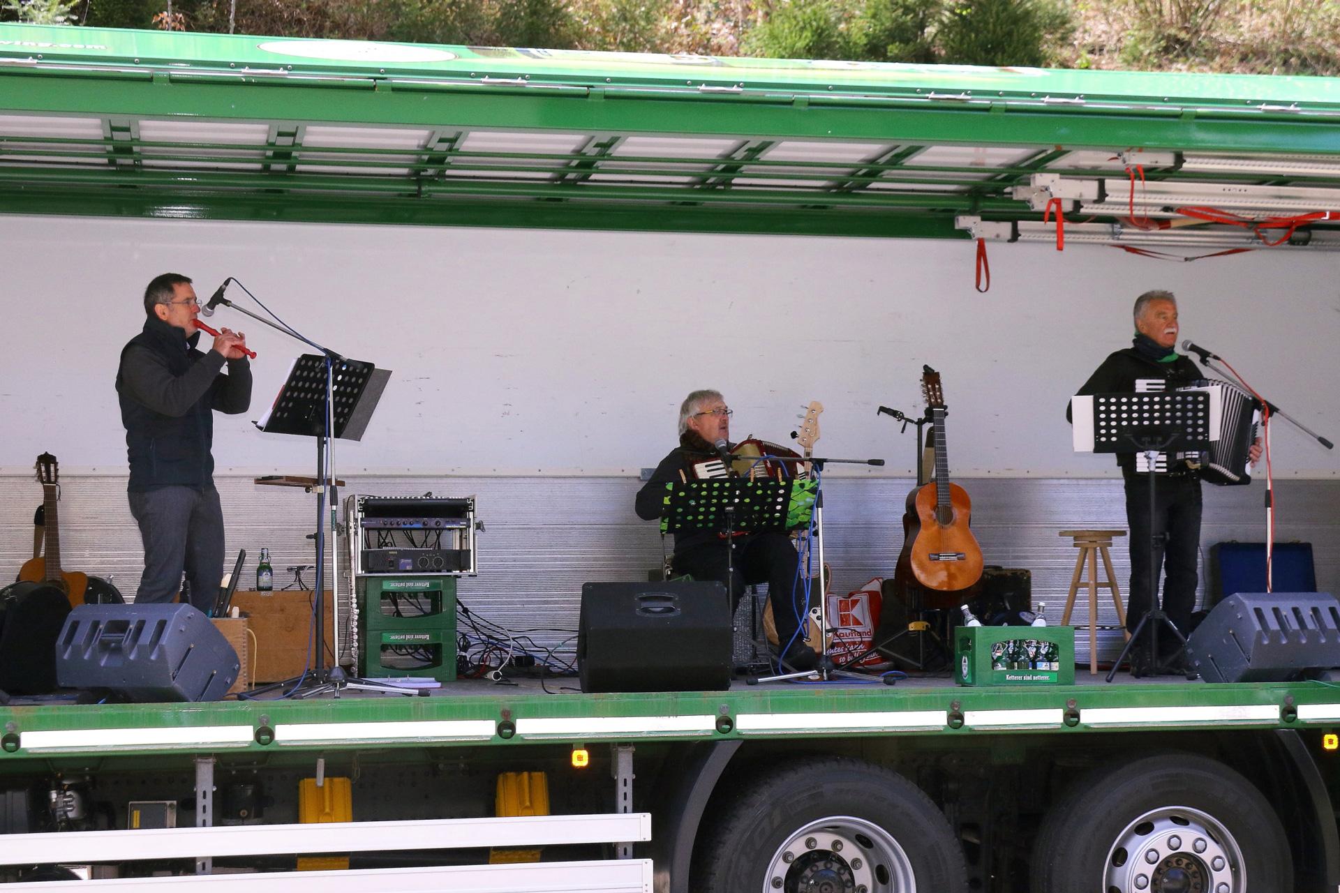 Die Musiker 'd'Grenzgänger' richteten sich auf einem Ketterer-LKW ein und hießen die Besucher vor der Brauerei willkommen.