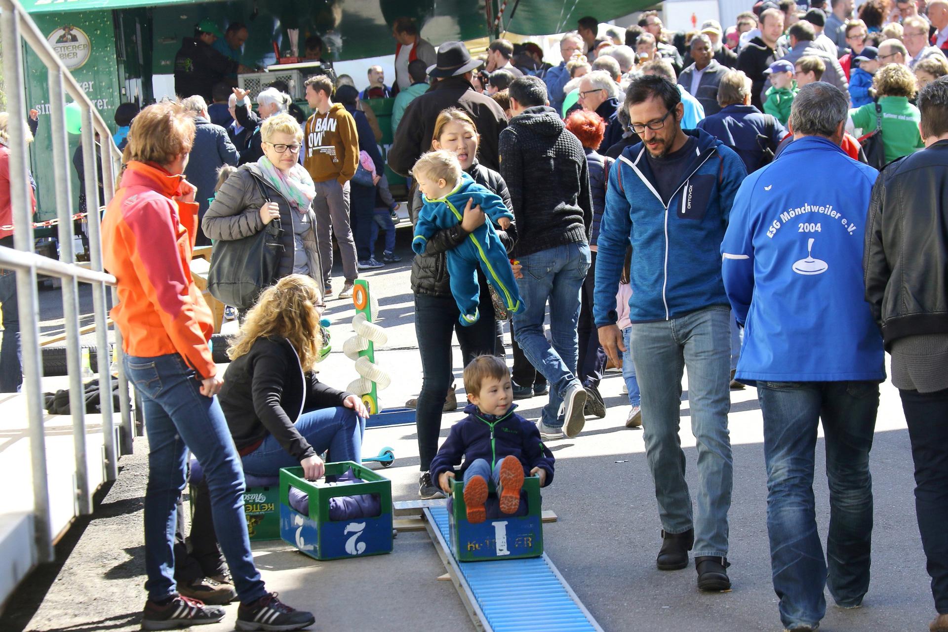Kinder erfreuten sich auf dem Brauereiparkplatz an dem angebotenen Spielparcous.