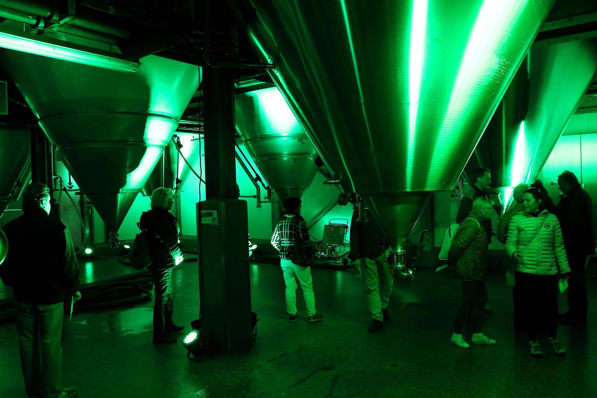 Im grün illuminierten Lagerkeller wurden die riesigen Tanks in Szene gesetzt, in denen bei Ketterer mit viel Zeit und bei Temperaturen bis -2°C das Bier reift. Dafür ist Ketterer als eine von 26 Brauereien mit dem Slow-Brewing-Gütesiegel ausgezeichnet.